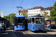 Variobahn 2303 begegnet am Stiglmaierplatz dem P-Zug 2006/3039 (Frederik Buchleitner) Tags: 2006 2303 3039 linie20 linie22 munich münchen pwagen swagen stadler strasenbahn streetcar tram trambahn variobahn