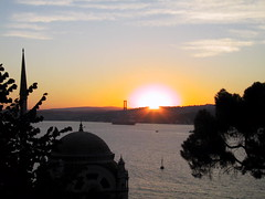 Sunrise, Istanbul (balavenise) Tags: bridge light sun sol nature night sunrise turkey soleil muslim islam religion istanbul mosque east bosphorus mosque mesquita eastwest dolmabahe supershot soleillevant beautifulcapture ampalas excellentphotographerawards flickrgiants