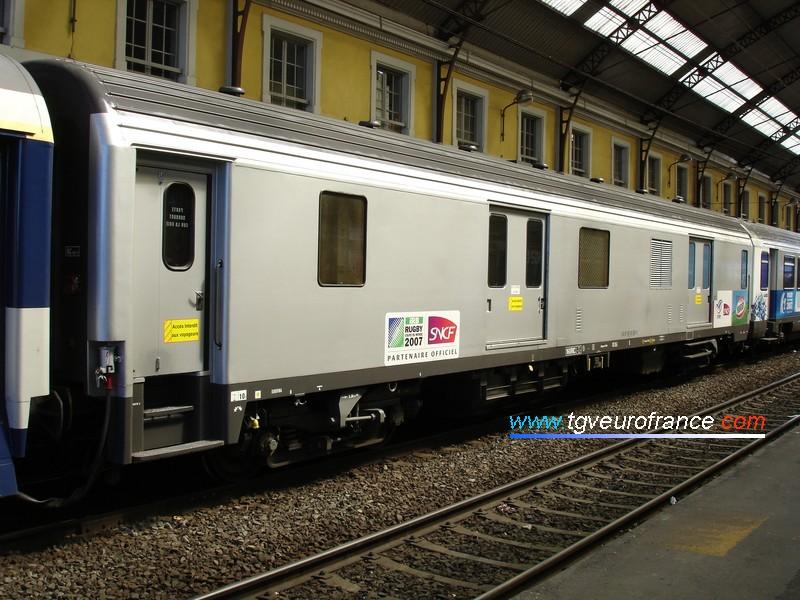 """Un fourgon SNCF rénové faisant partie du """"Train du Rugby"""" qui a sillonné la France jusqu'en novembre 2006"""